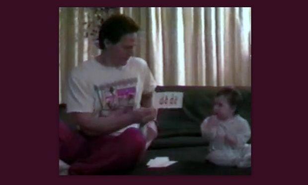 Απίθανο βίντεο: Ο μπαμπάς έχει γράψει διάφορες λέξεις και εκείνη κάνει ό,τι της λέει!