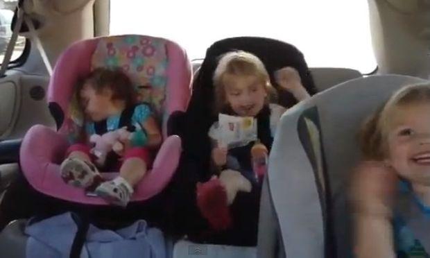 Οι αδερφές της χορεύουν κι εκείνη κοιμάται αλλά...