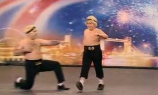 """Οι Ελληνοϊρλανδοί μπαμπάς και γιος που έκαναν το """"Βρετανία έχεις ταλέντο"""" να δακρύσει από τα γέλια!"""