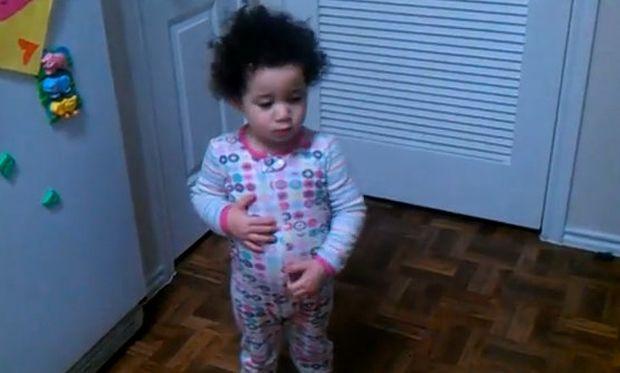 Βίντεο: Δείτε πώς αντιδρά μια πιτσιρίκα όταν η μαμά της λέει ότι έφαγε όλες τις καραμέλες της!