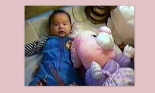 Βίντεο: Δείτε πώς ένα μωρό καταφέρνει να πάρει μόνο του αγκαλιά τον αρκούδο του!