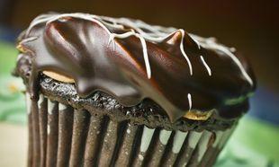 Τριπλή απόλαυση: Σοκολατένιο cupcake με καραμέλα και ganache σοκολάτας!