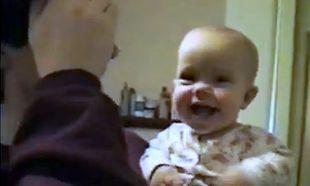 Βίντεο: Δεν φαντάζεστε τι κάνει αυτός ο μπόμπιρας στον μπαμπά του!