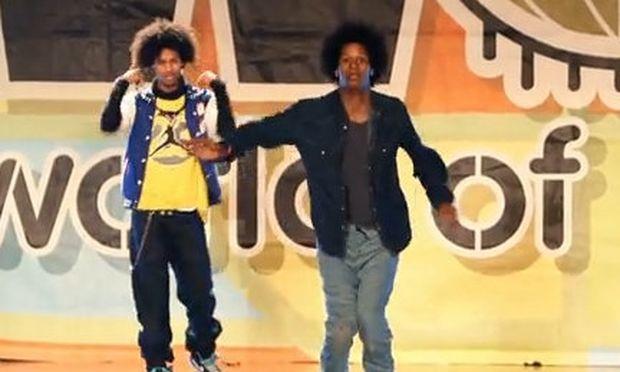 Βίντεο: Δίδυμα (σαν δυο σταγόνες νερό) οι πιο απίθανοι χορευτές break dance!