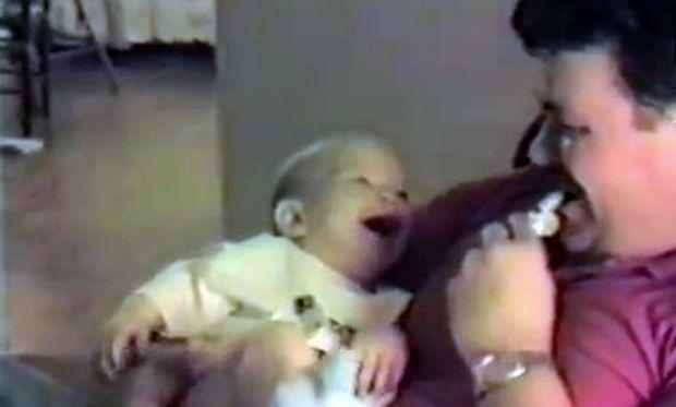 Βίντεο: Μωρό ακούει σφυρίχτρα και ξεκαρδίζεται!