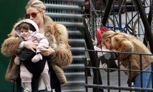 Ατέλειωτες βόλτες για τη Sienna Miller και την κόρη της στη Νέα Υόρκη! (φωτό)