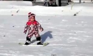 Ιδού η μικρότερη snowboarder στον κόσμο!