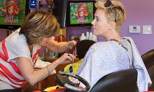 Charlize Theron: Με τον γιο της στο κομμωτήριο!