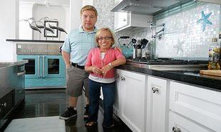 Αληθινή ιστορία: Διάσημο ζευγάρι νάνων στην Αμερική υιοθέτησε αγοράκι με νανισμό!
