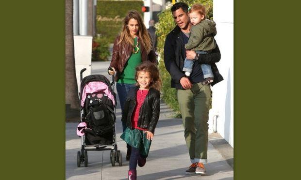 Jessica Alba: Η βόλτα με τις μικρές της και το βιβλίο που πρόκειται να κυκλοφορήσει (φωτό)