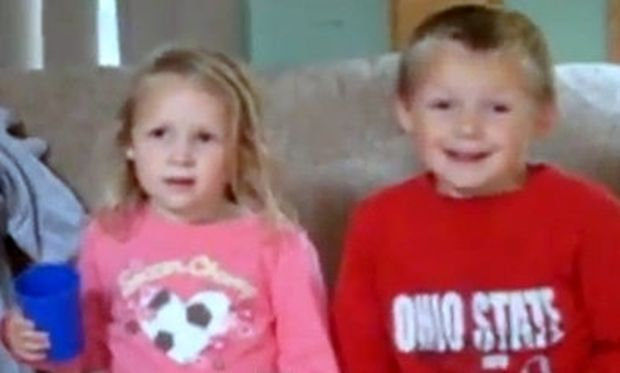 Βίντεο: Δύο αδελφάκια φρικάρουν όταν η μαμά τους, τους ανακοινώνει ότι θα αποκτήσουν μικρή αδελφή!