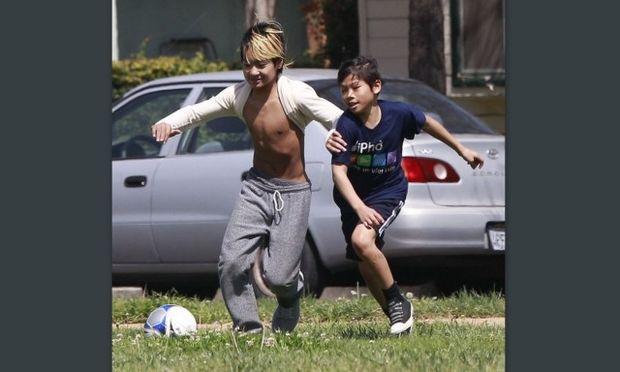 Οι γιοι των Brand Pitt και Angelina Jolie μεγάλωσαν και παίζουν ποδόσφαιρο!