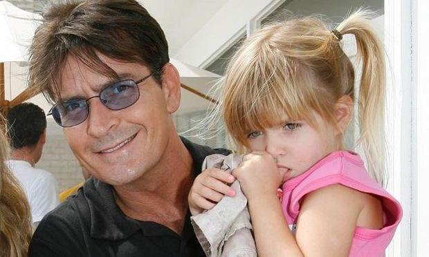 Απίστευτο! O Charlie Sheen ζήτησε από τους θαυμαστές του να επιτεθούν στο σχολείο της κόρης του!