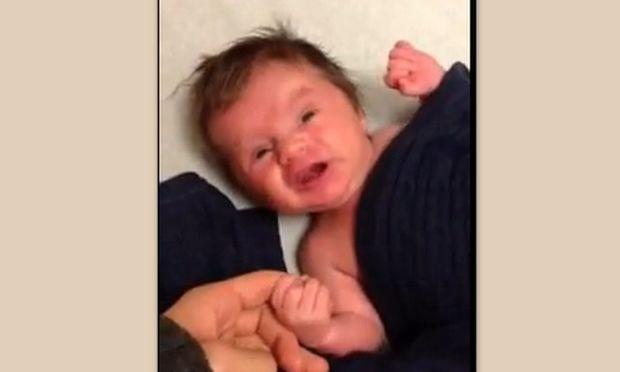 Βίντεο: Δείτε πώς κάνει τον γιο του ο Perez Hilton να σταματήσει το κλάμα!