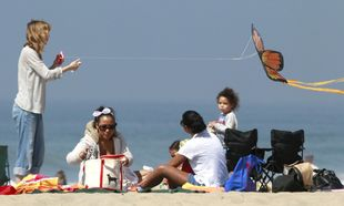 Ellen Pompeo: Πέταξε αετό με την Stella στην παραλία!