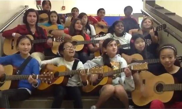 Έχετε δει πιο πολλά παιδιά με κιθάρες;