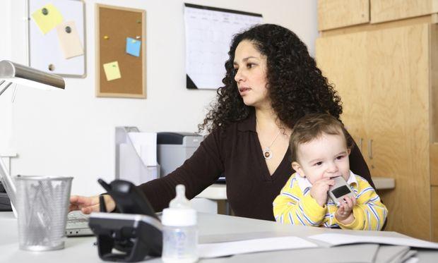Οι εργαζόμενες μητέρες παραδέχονται ότι τους αρέσει να επιστρέφουν στο γραφείο για να κάνουν διάλειμμα από τη φροντίδα των παιδιών τους!