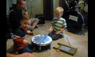 Η πιο οργανωμένη οικογενειακή μπάντα που έχετε δει!