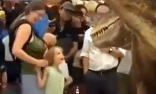 Ρομποτικός δεινόσαυρος φρικάρει παιδιά και σκυλιά σε εμπορικό κέντρο!