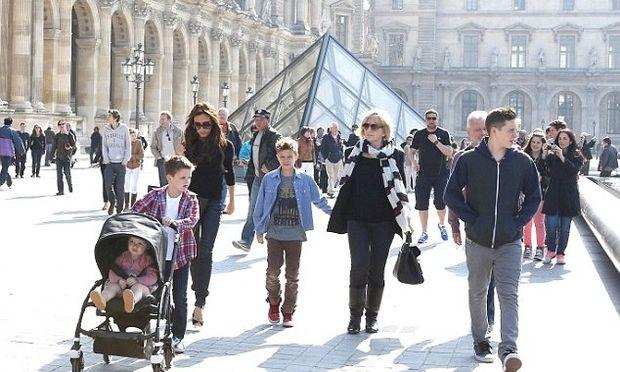 Η οικογένεια Beckham επισκέφτηκε το μουσείο του Λούβρου στο Παρίσι! (φωτό)