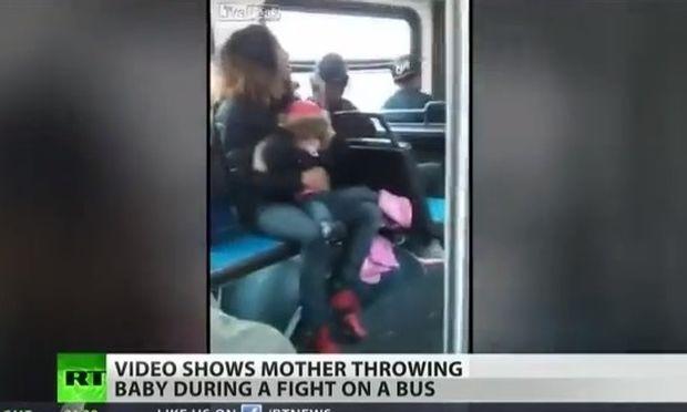 Πέταξε το μωρό της για να μπορέσει να τσακωθεί!