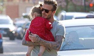 Η νυσταγμένη Harper στην αγκαλιά του πατέρα της! (φωτό)