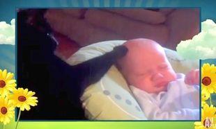 Η καλύτερη γάτα του κόσμου! Χαϊδεύει το μωρό μέχρι να κοιμηθεί!