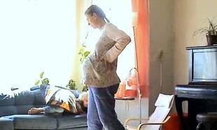 Απίστευτο βίντεο: Γέννησε μόνη της στο σαλόνι, όρθια και χωρίς καμία βοήθεια από μαία ή γυναικολόγο!