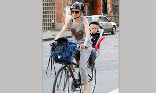 Ναόμι Γουότς: Ακολουθεί όλους τους κανόνες ασφαλείας για να μεταφέρει με ποδήλατο τον γιο της (φωτό)!