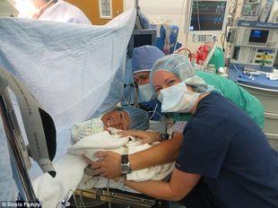 Πενηντάχρονη γυναίκα γέννησε το εγγόνι της! (φωτογραφίες)
