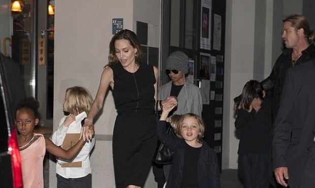 Πιτ και Τζολί βγήκαν με τα 6 παιδιά τους για να γιορτάζουν τα γενέθλια της Αντζελίνα!