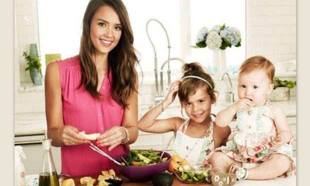 Μέσα από την κλειδαρότρυπα στη βίλα της Jessica Alba που μας υποδέχεται μαζί με τις κόρες της