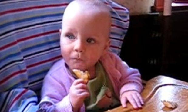 Απολαυστικό βίντεο: Τρώει για πρώτη φορά τηγανιτές πατάτες!