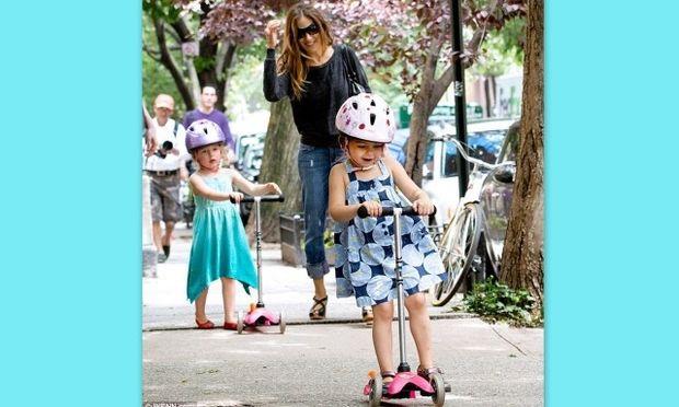 Οι δίδυμες κόρες της Σάρα Τζέσικα Πάρκερ διασκέδασαν στη βόλτα τους με τα σκούτερ τους! (φωτό)