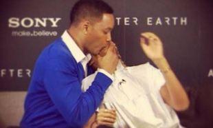 Will Smith: Σάλο προκάλεσε το φιλί που έδωσε στο στόμα στον γιο του