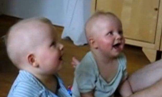 Bίντεο: Όταν ο μπαμπάς κάνει τα παιδιά να ξεκαρδίζονται στα γέλια!