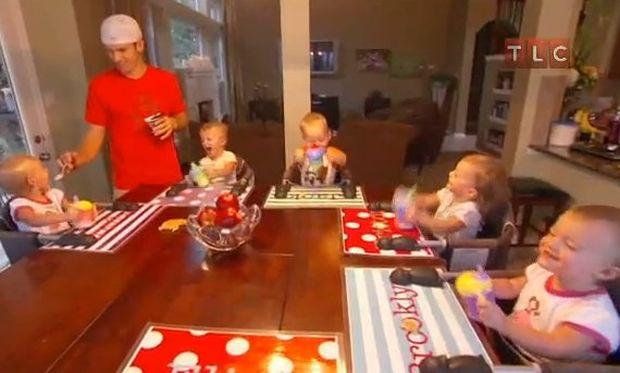 Πώς είναι να είσαι μπαμπάς και να σερβίρεις πρωινό σε πεντάδυμα; (βίντεο)