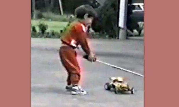 Δείτε τι παθαίνει το αγοράκι με το τηλεκατευθυνόμενο αυτοκινητάκι του! (βίντεο)