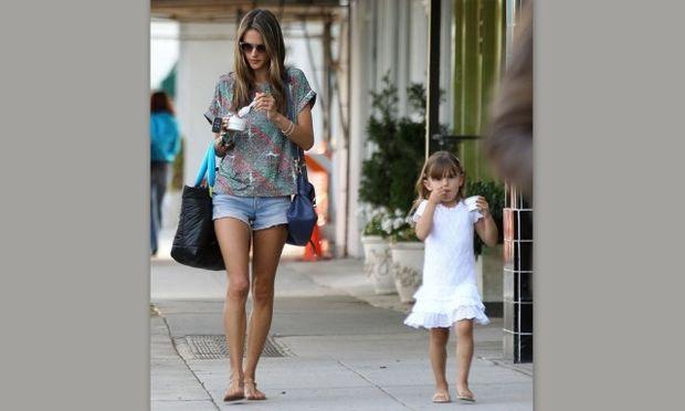 Η Αλεσάντρα Αμπρόσιο με την κόρη της απολαμβάνουν το παγωτό τους! (φωτό)