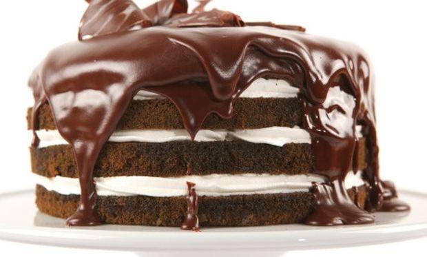 Συνταγή για γρήγορη σοκολατένια τούρτα με λίγα και οικονομικά υλικά!