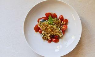 Συνταγή από το Γιώργο Γεράρδο: Φιλέτο ψαριού με κρούστα μυρωδικών και ντοματοσαλάτα