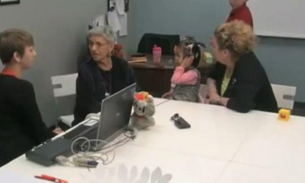 Η στιγμή που ένα κοριτσάκι με σοβαρά προβλήματα ακοής ακούει για πρώτη φορά τη φωνή του! (βίντεο)