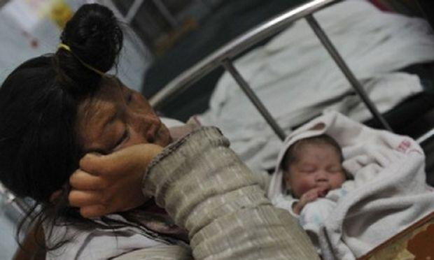 Άστεγη και ψυχικά ασθενής γέννησε στον δρόμο