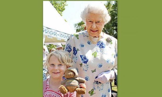 Γλυκιά γιαγιά η βασίλισσα Ελισάβετ!