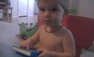 Δείτε πως ένας πιτσιρικάς μαθαίνει την αλφάβητο κάνοντας ήχους! (βίντεο)