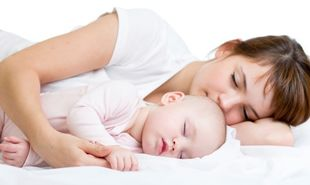 Tips για να κάνετε τον ύπνο σας ευχάριστο με το μωρό στη... κούνια!