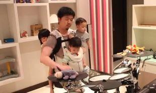 Μπαμπάς παίζει ντραμς έχοντας αγκαλιά και τα τρία του παιδιά! (βίντεο)