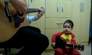 Τραγουδάει με τον μπαμπά του το «Don't let me down»! (Βίντεο)