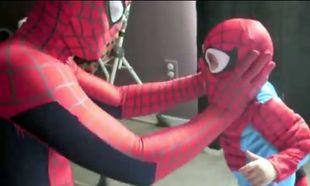 Μπαμπάς και γιος ντυμένοι Spiderman! (Βίντεο)