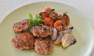 Συνταγή για αρωματικά κεφτεδάκια κοτόπουλου με ψητά ντοματάκια από τον Γιώργο Γεράρδο